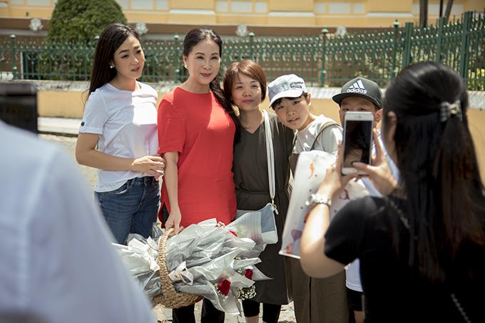 Nhiều khán giả chủ động xin chụp ảnh cùng nghệ sĩ mà họ yêu mến. Hà Thanh Xuân cho biết, cô cũng thần tượng NSƯT Kim Xuân từ lâu. Sinh sống và làm việc tại Mỹ nhưng nữ ca sĩ vẫn luôn theo dõi những bộ phim của nữ diễn viên.