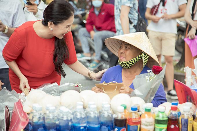 NSƯT Kim Xuân hiện rất bận rộn với lịch quay phim nhưng khi nghe nói về chương trình thiện nguyện dành cho người bán hàng rong dịp lễ Vu Lan, chị liền nhận lời tham gia. Chị trở lại đoàn phim ngay sau khi kết thúc phát quà.