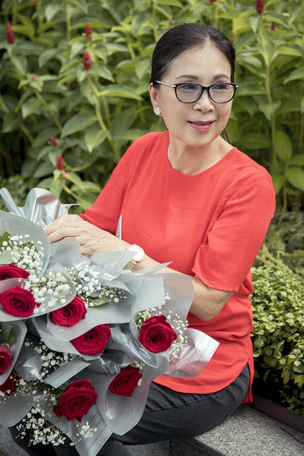 Nghệ sĩ Kim Xuân mang theo nhiều hoa hồng và những hộp bánh trung thu do nhóm từ thiện Bụi đời Thiện Tâm để tặng cho những người bán rong ở khu vực Nhà thờ Đức Bà và chợ Bến Thành.