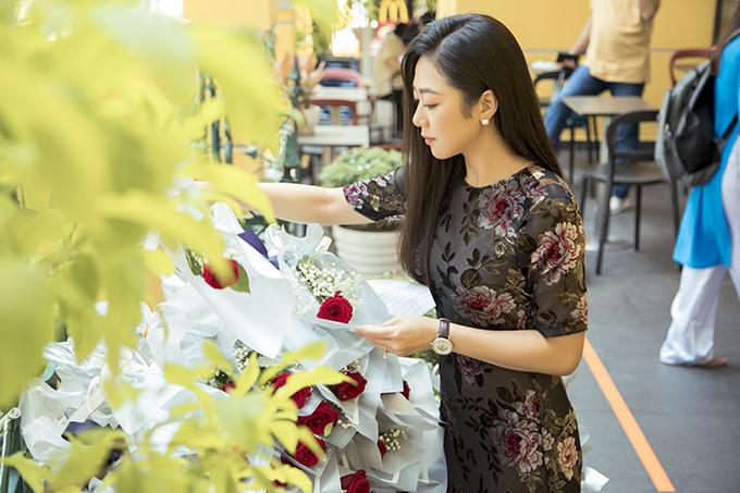 Ca sĩ hải ngoại Hà Thanh Xuân cũng có mặt từ sớm để cùng NSƯT Kim Xuân chuẩn bị quà cáp.Lần đầu phát quà cho người bán rong dịp lễ Vu Lan, nữ ca sĩ cảm thấy rất xúc động và rất muốn duy trì hoạt động này mỗi năm.