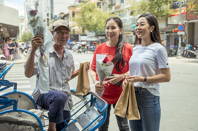 NSƯT Kim Xuân và ca sĩ Hà Thanh Xuânđi bộ quanh khu vực chợ Bến Thành, nhà thờ Đức Bà và dừng chân để tặng quà cho bất kỳ người bán hàng rong nào họ gặp trên đường.