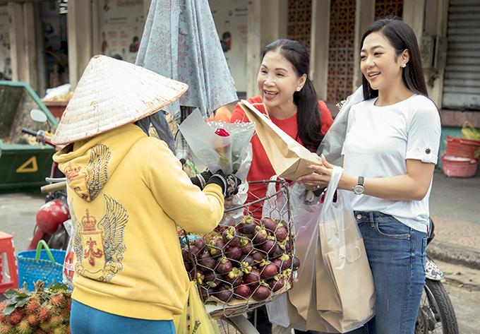 Dưới cái nắng gay gắt của Sài Gòn, hai nghệ sĩ không cảm thấy mệt mỏi mà lúc nào cũng tươi cười.