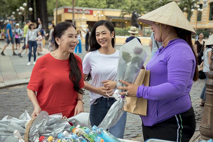 Nhiều người vui mừng khi nhận ra NSƯT Kim Xuân đời thường và ấn tượng với sự thân thiện của nữ diễn viên.