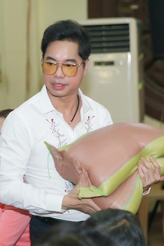 Ca sĩ Ngọc Sơn tổ chức buổi phát gạo từ thiện tại chùa Giác Lâm.