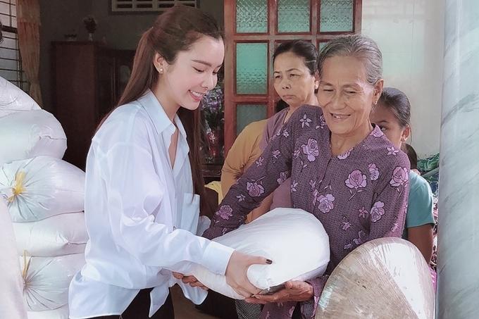 Từng đi lên từ gia đình nghèo khó, Hoa hậu Huỳnh Vy hiểu rõ những khó khăn, cơ cực của bà con. Chọn gạo gửi tặng, người đẹp hy vọng giúp các cụ có được những bữa cơm ngon, ấm áp.