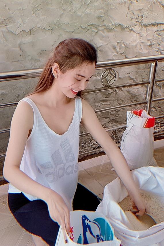 Hoa hậu Du lịch Thế giới 2018 Huỳnh Vy cũng có chuyến từ thiện tại quê nhà Đồng Tháp nhân dịp Vu Lan. Cô cùng gia đình trao tặng 100 bao gạo (mỗi bao 10 kg) cho các cụ già neo đơn, người khuyết tật cao tuổi tại địa phương.