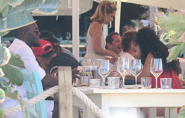 Bolt và Kasi Bennett vui vẻ cười đùa trong bữa trưa...