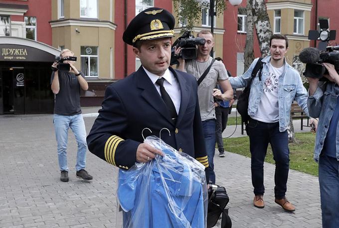 Cơ trưởng DamirYusupov rời sân bay