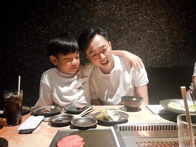 Cường Đôla đi ăn tối bên con trai Subeo.