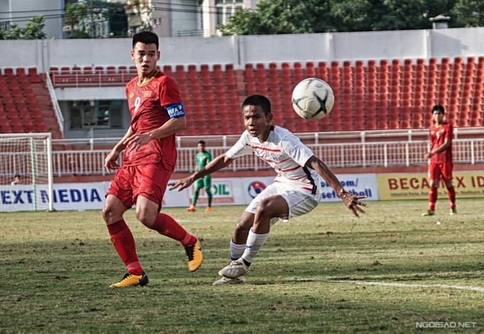 Cầu thủ Việt có thể hình vượt trội đối thủ nhưng không chuyển hóa ưu thế thành chiến thắng. Ảnh: Hữu Nhơn.