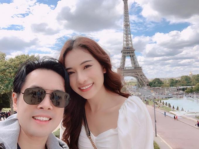 Nhạc sĩ Dương Khắc Linh và bà xã du lịch Paris (Pháp).