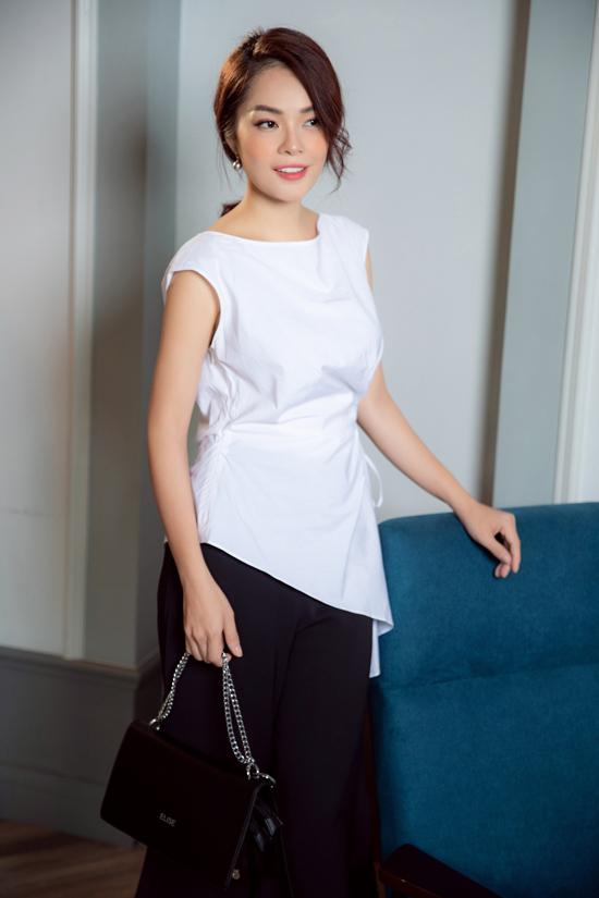 Trong nhiều bộ sưu tập mới, Dương Cẩm Lynh thường được chọn làm nàng thơ để chuyển tải những thông điệp nhẹ nhàng qua việc lựa chọn váy áo đúng mùa và hợp mốt.