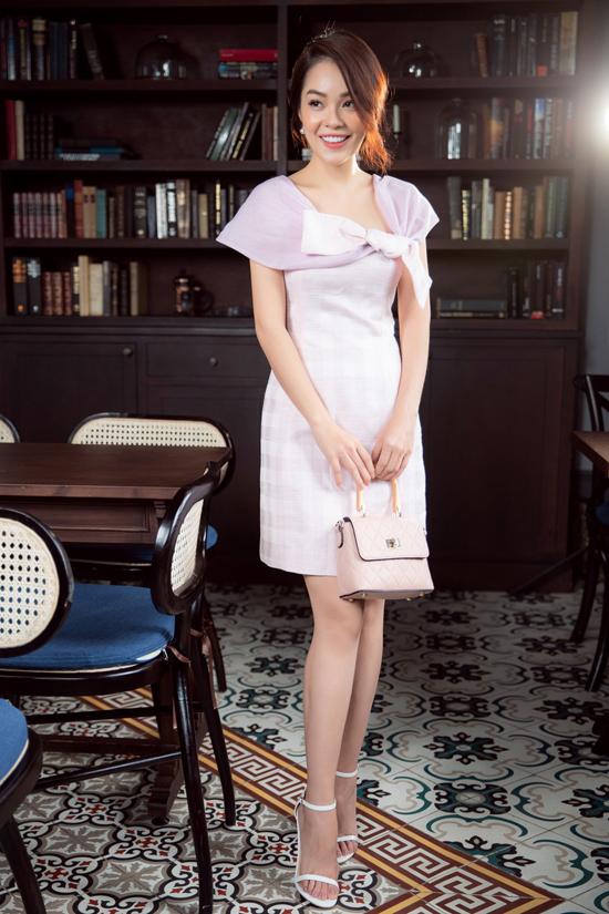 Loạt váy dáng suông với nhiều tông màu đơn sắc hài hòa cùng tiết trời mùa thu được Dương Cẩm Lynh lựa chọn để thực hiện bộ ảnh mới.
