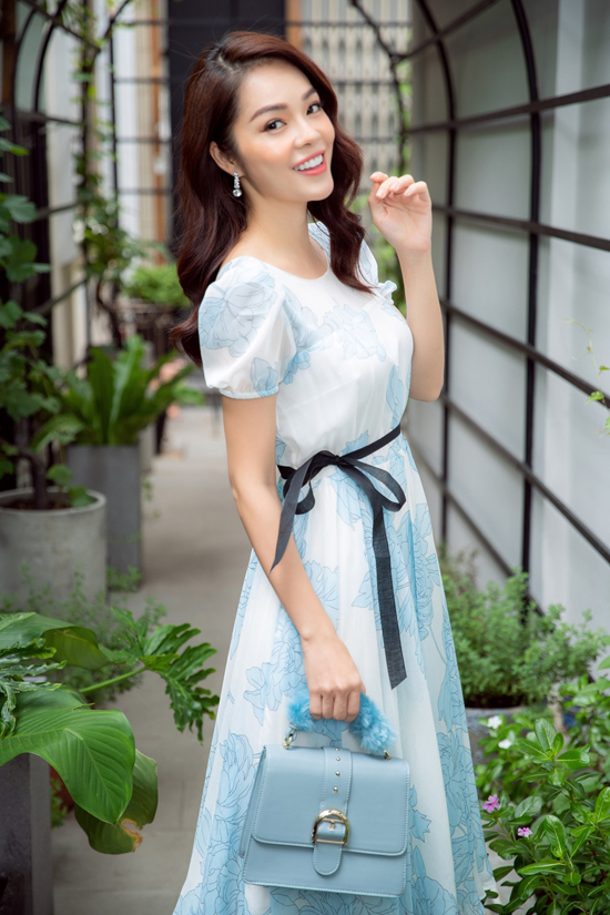 Đầm thắt eo với họa tiết nhẹ nhàng và phom dáng phảng phất hơi hướng cổ điển tiếp tục được nhà mốt Việt lăng xê.