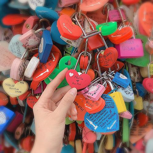 Phương Nga bấm khóa tình yêu khắc tên cô và bạn trai Bình An.