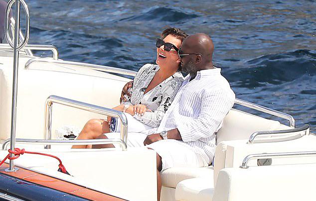 Bà Kris Jenner (63 tuổi) và anh chàng Corey Gamble (38 tuổi) tình tứ bên nhau trên chiếc xuồng nhỏ lênh đênh trên biển.