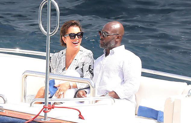 Nụ cười không ngừng nở trên môi ngôi sao truyền hình thực tế Mỹ. Bà Kris đang có chuyến du lịch dài ngày cùng bồ trẻ và cô con gái út Kylie Jenner tại Địa Trung Hải. Họ đã tới đây từ tuần trước để tổ chức sinh nhật 22 tuổi của Kylie và chu du qua nhiều thành phố nổi tiếng từ Italy tới Pháp và Monaco.