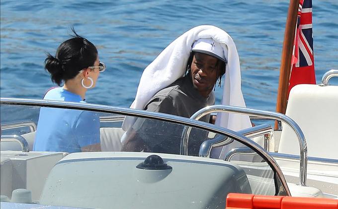 Cô con gái Kylie Jenner và bạn trai - rapper Travis Scott - được trông thấy lên du thuyền bằng một chiếc xuồng khác.
