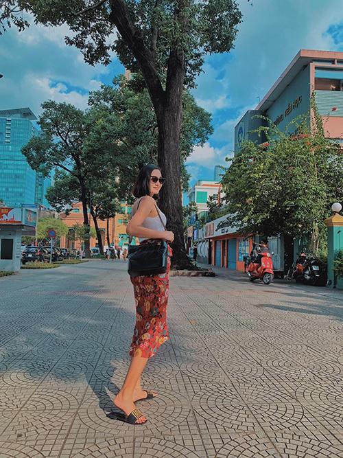 Người mẫu Lê Thúy khoe dáng trên phố Sài Gòn. Cô đã thoát mác bộ xương di động vìtăng tới 12kg sau gần một năm tạm ngưng sự nghiệp để vỗ béo và chuẩn bị cho việc làm mẹ.