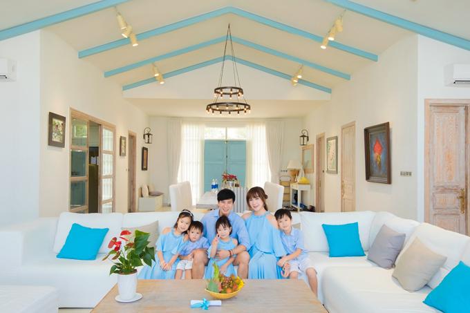 [Caption] Bắt đầu kết hôn từ tháng 11/2010 và đến nay cả hai đã có 4 nhóc tì đáng yêu. Đặc biệt, dù bận rộn trong những dự án riêng, nhưng cả gia đình Lý Hải - Minh Hà vẫn luôn dành thời gian cho nhau. Cả nhà thường xuyên đi du lịch, dù là đất trời Châu Âu, du ngoạn nước Mỹ hay đơn giản là tận hưởng không khí yên bình bên nhau tại một resort ở Việt Nam, miễn là ở cạnh nhau