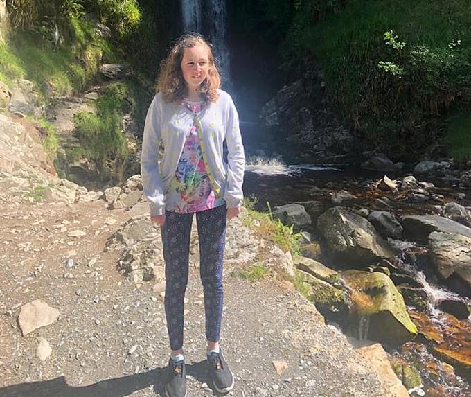 Nora chụp ảnh cạnh bờ suối vào ngày đầu tiên đến Malaysia và đây cũng gần địa điểm cô bé được phát hiện chết trong tư thế khỏa thân, đầu gối lên tay như đang ngủ hôm 13/8. Ảnh: PA.