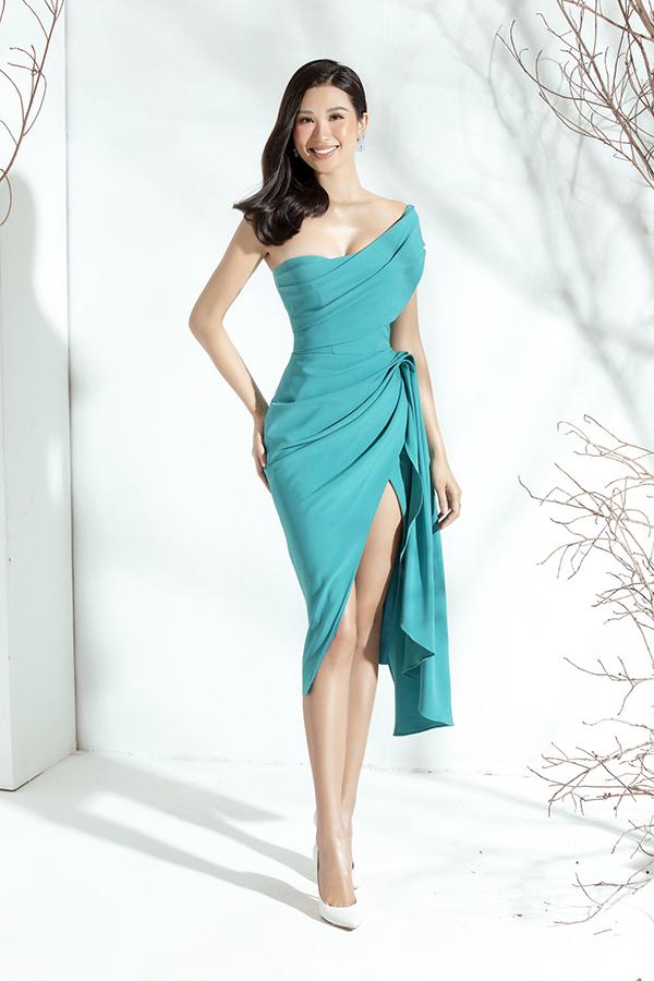 Người đẹp khéo léo kết hợp với giày cao gót mũi nhọn màu trắng, khuyên tai đính đá ton sur ton với váy để hoàn thiện phong cách.