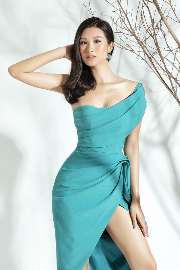 Thiết kế bất đối xứng màu xanh ngọc của Đỗ Long giúp Phạm Anh Thư khoe được bờ vai nuột nà, vòng một gợi cảm và đôi chân dài.
