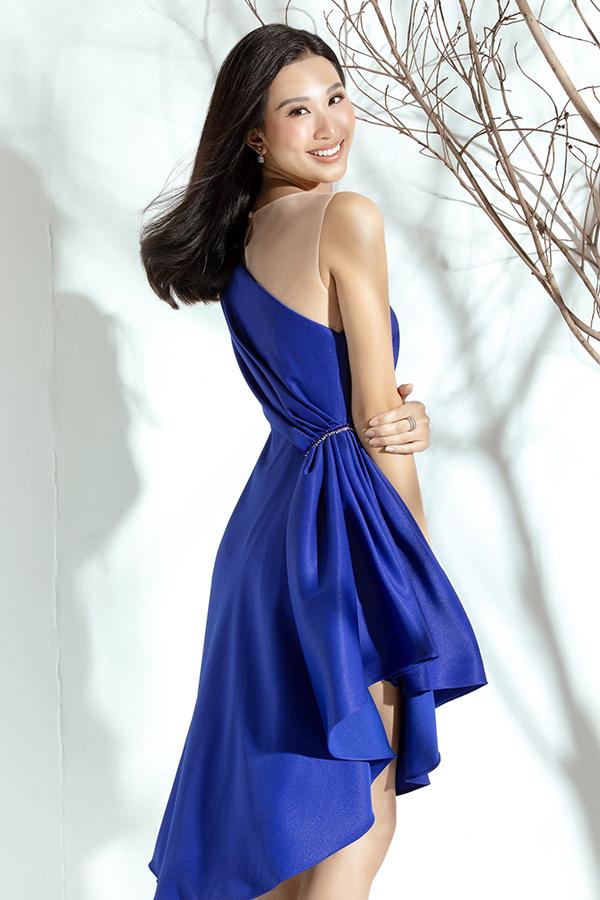 Điểm nhấn của bộ trang phục bất đối xứng nằm ở chi tiết xếp nếp ngang eo, tôn lênvòng hai thon gọn của người đẹp.