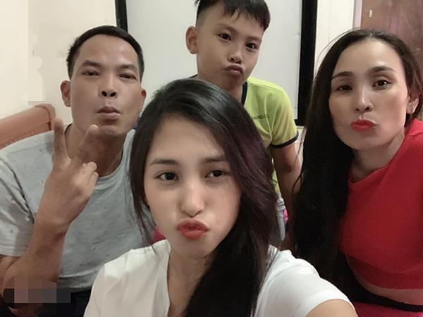 Tiểu Vy bên bố mẹ và em trai.