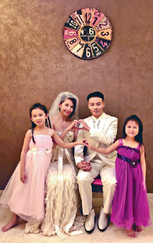 Gia đình 4 người hạnh phúc của Thái Thiếu Phân.Thái Thiếu Phân (Ada Choi) là nữ diễn viên nổi tiếng Hong Kong, từng là diễn viên độc quyền của hãng TVB. Cô tham gia nhiều phim như Thiên tiên kỳ hiệp, Đồng môn, Đội chống tham nhũng, Chân Hoàn Truyện...