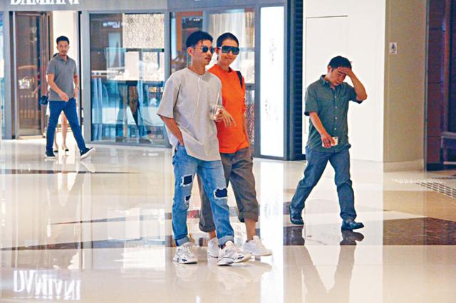 Thái Thiếu Phân và chồng - diễn viên Trương Tấn đi trung tâm thương mại hôm 15/8, hai cô con gái không đi cùng cặp đôi. Mang thai khoảng 6 tháng, diễn viên Chân Hoàn truyện trông vẫn gọn gàng, ngoại trừ bụng đã to. Thái Thiếu Phân mang thai lần thứ ba ở tuổi 45, nhiều nguồn tin cho hay cô bầu con trai.