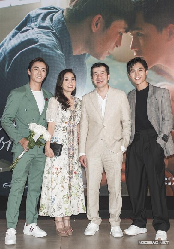 Từ trái qua: Lãnh Thanh, Hồng Đào, đạo diễn Trịnh Đình Lê Minh, Gia Huy giao lưu với báo chí và khán giả Hà Nội trong buổi ra mắt phim.