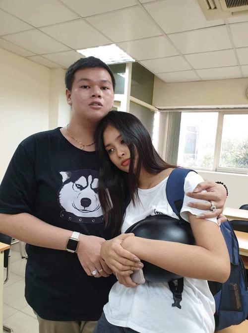 Em ngã chị nâng. Nhìn mặt em có ai muốn che chở không?, Hoa hậu Trần Tiểu Vy thả thính.