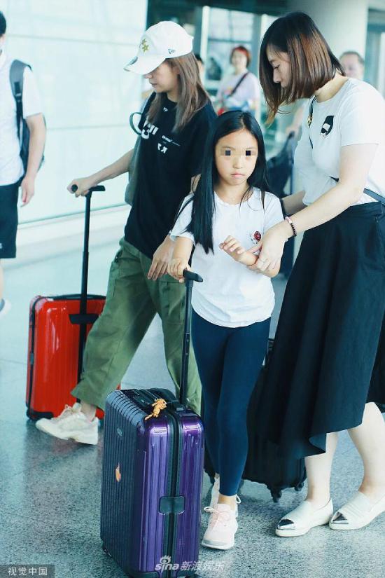 Triệu Vy và con gáiApril Huang xuất hiện tại sân bay ở Bắc Kinh hôm 15/8. Đây là lần hiếm hoi bé gái xuất hiện cùng mẹ, do bìnhthường bé bậnhọc, trong khi mẹ mải miết với lịch trình công việc. Một số nguồn tin cho hay Triệu Vy tranh thủ cho con đi nghỉ nhân dịp hè.