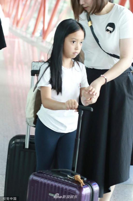 Tuy nhiên, cô bé có phần rụt rè trước ống kính cánh ký giả. Từ trước tới nay, Triệu Vy hiếm khi để con công khai xuất hiện trước truyền thông. Bé gái theo học tại một trường quốc tế ở Hong Kong, mỗi khi ra về đều được đưa đón rất cẩn thận.
