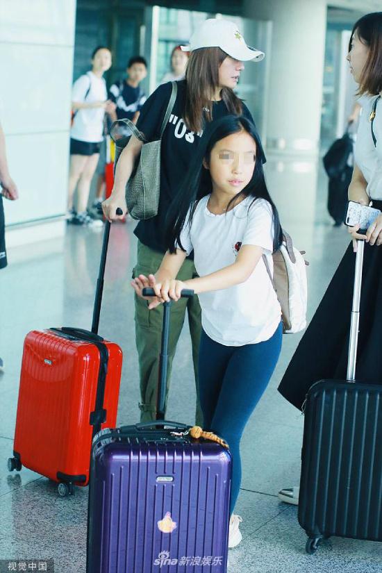 Gương mặt khá thanh tú của bé gái April Huang. Triệu Vy từng tiết lộ con gái cô cá tính, mạnh mẽ và bướng bỉnh.