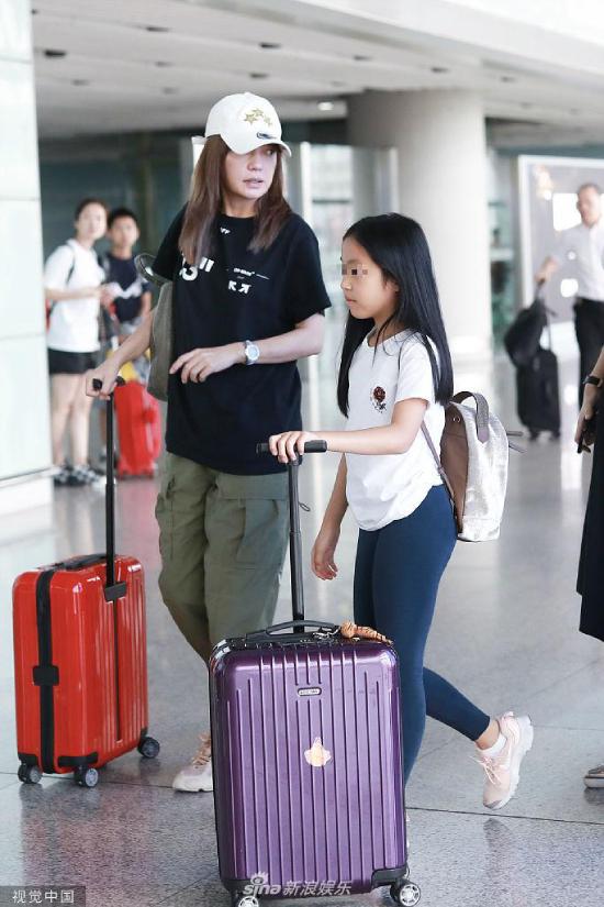 Dù có trợ lý đi cùng, con gái Triệu Vy cũng tự mình đẩy một vali đồ.Triệu Vy thời gian này đang bận rộn tham gia chương trình truyền hình Diễn viên mời vào chỗ, cùng với vai trò giám chế phim Xin chào anh chàng đẹp trai quay tại Thượng Hải.