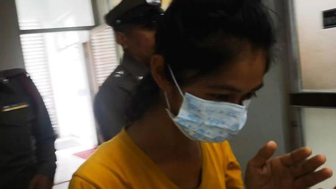 Kanchana lúc bị cảnh sát bắt và giải đến đồn hôm 10/8. Ảnh: Viral Press.
