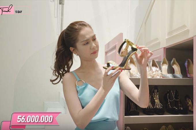 Một đôi giày giá đến 56 triệu đồng được người đẹp giới thiệu.