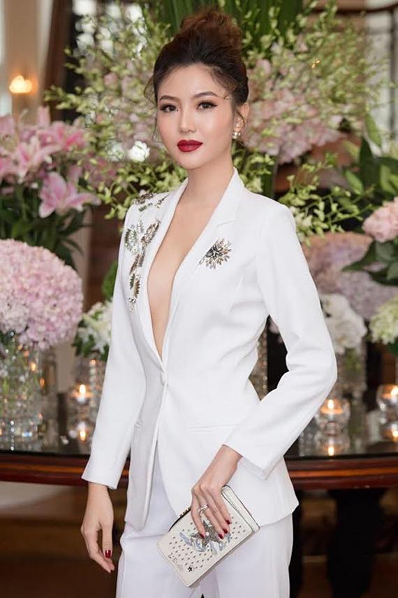 Nữ hoàng sắc đẹp Ngọc Duyên khoe vòng một với suit trắng hở ngực, đính đá lấp lánh.