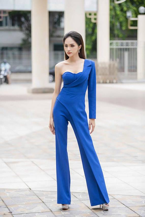 Hương Giang làm mới phong cách với kiểu tay áo một mất, một còn. Nhiều sao nữ chuộng vest khi đi sự kiện vì đây là trang phục tôn vẻ quyền lực nhưng không làm mất đi nét nữ tính, thanh lịch.