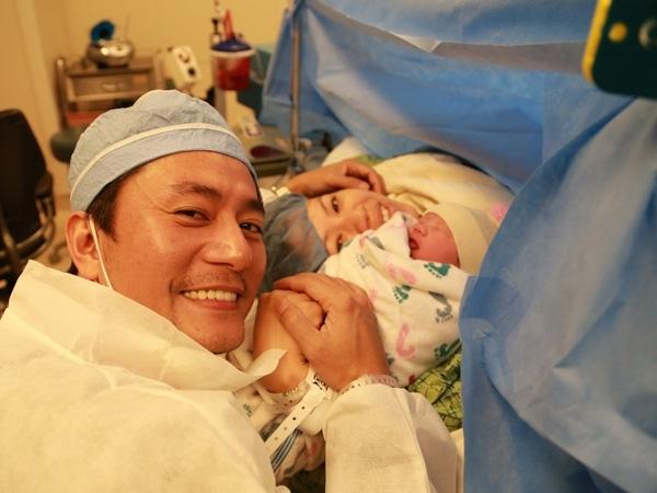 Tháng 12/ 2013, Trương Minh Cường hạnh phúc đón con gái Mona Trương Bình Nhi chào đời. Anh túc trực tại bệnh viện, động viên bà xã và tự tay cắt rốn cho con gái. Jang Dong Gun Việt Nam thấy vui khi gia đình đã có đủ nếp, đủ tẻ.