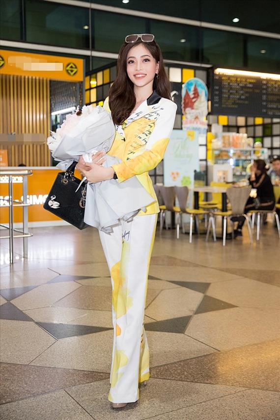 Á hậu Bùi Phương Nga diện trang phục phối trộn màu sắc lạ mắt, rạng rỡ về Việt Nam sau thành tích top 10 Miss Grand 2018.