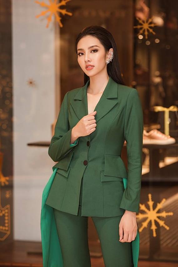 Top 5 Hoa hậu Việt Nam 2018 Thùy Tiên chọn vest tông xanh lá đậm, nhấn nhá vạt dài thướt tha.