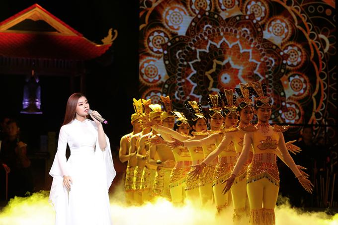 Sao Mai Thu Hằng được dàn nghệ sĩ múa phụ hoạ khi hát Mẹ từ bi.