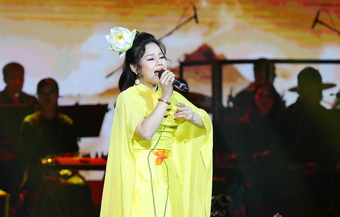 Ca sĩ Hương Ly gây ấn tượng với ca khúc Phật quang phổ chiếu.