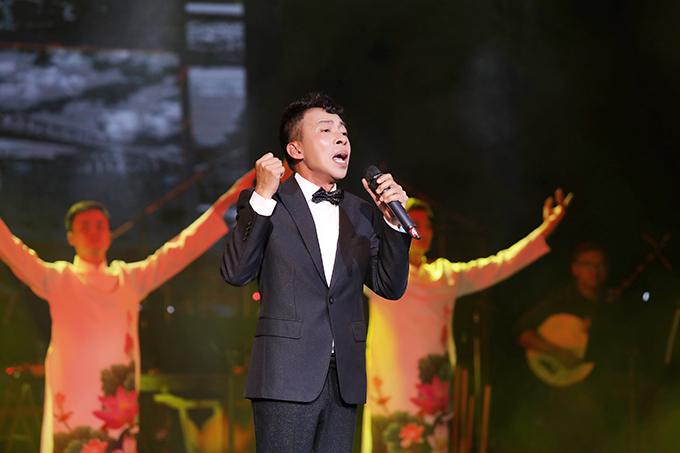NSƯT Việt Hoàn chinh phục khán giả bằng ca khúc Một rừng cây, một đời người với thông điệp ca ngợi tình yêu quê hương, đất nước.