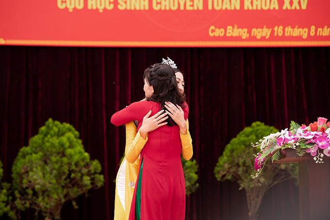 Lương Thuỳ Linh ôm chầm lấy cô giáo của mình. Người đẹp từng theo học lớp chuyên toán của khoá XXV tại THPT chuyên Cao Bằng.