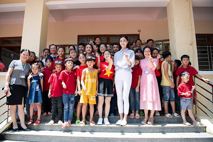 Kết thúc buổi về thăm trường, tân hoa hậu tới thăm và dâng hương tại Đền thờ Chủ tịch Hồ Chí Minh, thăm khu di tích Pác Bó,tới thăm trung tâm Bảo trợ xã hội tỉnhvà nhiều hoạt động tri ân khác tại quê nhà Cao Bằng.