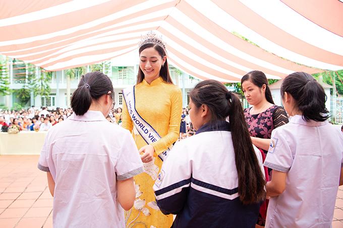 Nhân dịp này, Lương Thuỳ Linh trao tặng 18 suất học bổng cho những em học sinh đạt thành tích giỏi của trường và 9 suất học bổng trao tặng những bạn học sinh nghèo vượt khó.